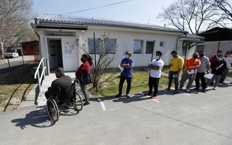 Γιατί οι Βαλκάνιοι συρρέουν στη Σερβία να εμβολιαστούν