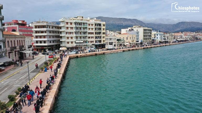 Μια ανθρώπινη αλυσίδα έγινε ο κόσμος στη Χίο! Έστειλαν μήνυμα κατά των κλειστών κέντρων κράτησης προσφύγων