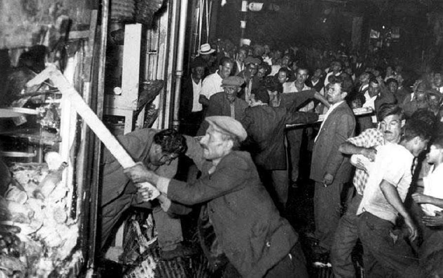 Νέο ανελέητο σφυροκόπημα στον Τσαβούσογλου, από τους Κωνσταντινουπολίτες αυτή τη φορά! Rum olduğumuzdan dolayı, TC Hükümetti 1955 yılında aleyhimizdeki pogromu düzenledi