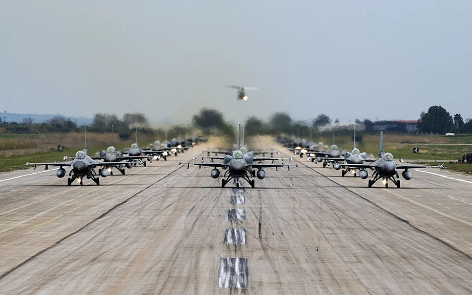 """Μήνυμα πολεμικής ετοιμότητας! """"Έσκισαν"""" τον αττικό ουρανό – Mαχητικά αεροσκάφη πάνω από την Ακρόπολη"""