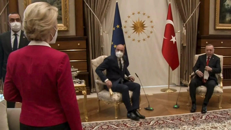 """""""Δύο καρέκλες για τρία άτομα… από λάθος"""": Πώς σχολιάζει Τουρκάλα δημοσιογράφος το Sofagate"""