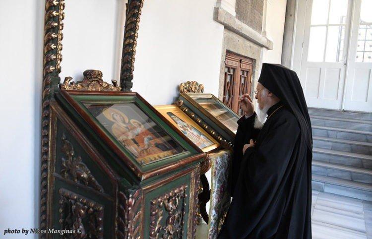 Ο Βαρθολομαίος στην πύλη όπου κρεμάστηκε ο Πατριάρχης Γρηγόριος Ε', 200 χρόνια μετά