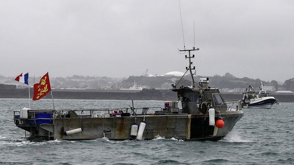 Αυξάνεται η ένταση στη Μάγχη – Πολεμικά πλοία της Γαλλίας και της Αγγλίας