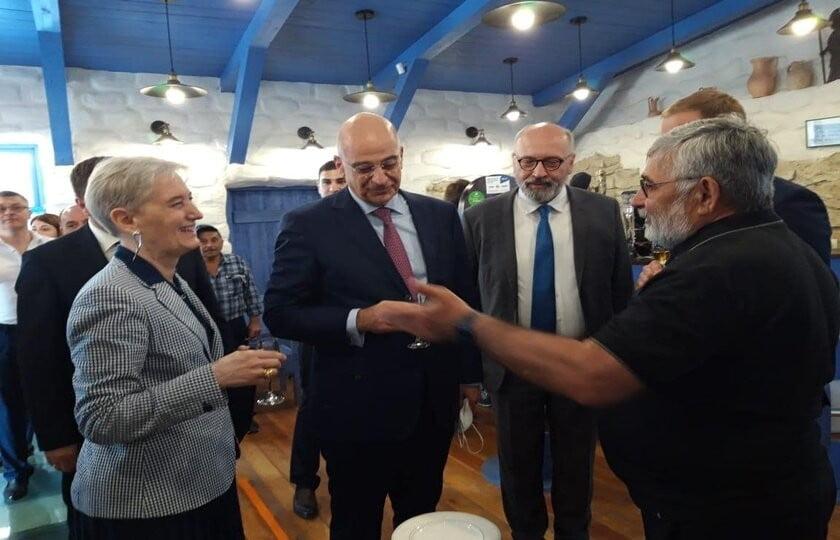 Συγκλονιστική στιγμή στη Ρωσία! Τσακίζει κόκκαλα η ατάκα Έλληνα ομογενή στον Νίκο Δένδια: «Εδώ είναι ο δεύτερος στρατός της Ελλάδας»! (ΒΙΝΤΕΟ)