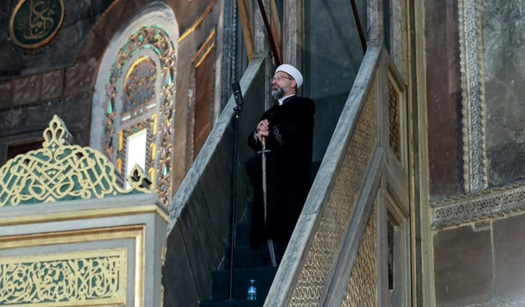 O Ιμάμης του Ερντογάν ξαναχτυπά στην Τουρκία! Κήρυγμα μέσα στην Αγία Σοφία με σπαθί (ΒΙΝΤΕΟ)