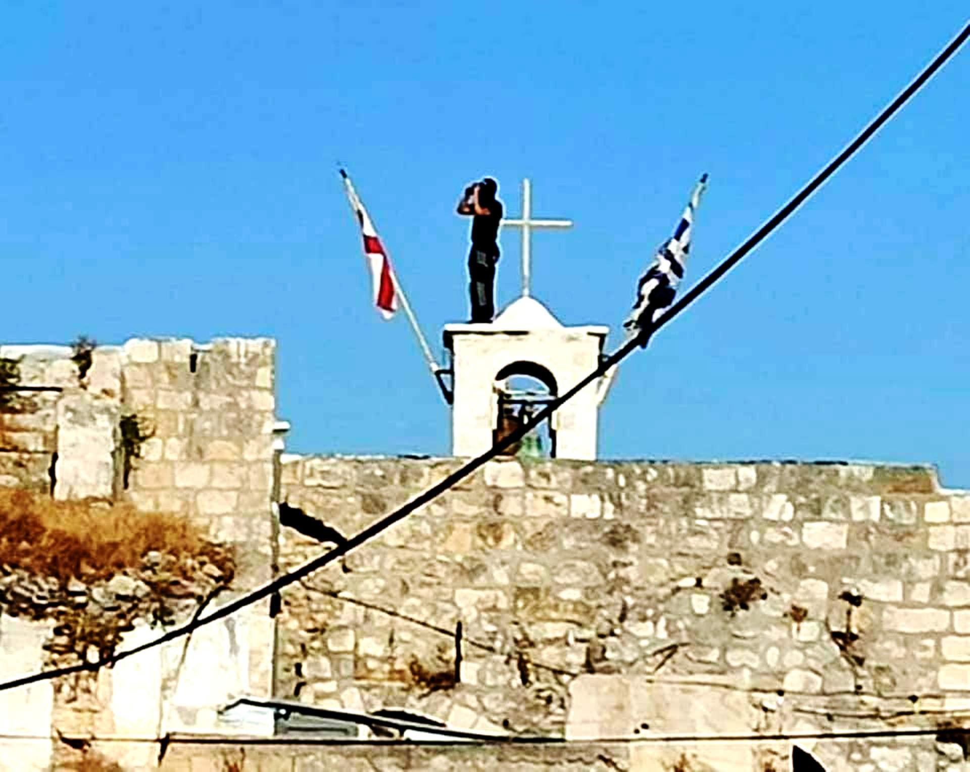 Συγκλονιστικό! Οι Παλαιστίνιοι φυλάνε τις ελληνορθόδοξες εκκλησίες στη Λοντ να μην τις κάψουν οι φανατικοί Ισραηλινοί. Οι Παλαιστίνιοι φύλακες της ελληνικής σημαίας! Επίσκοπος Σεβάστειας: oι έποικοι επιτέθηκαν στην εκκλησία στη Λοντ!