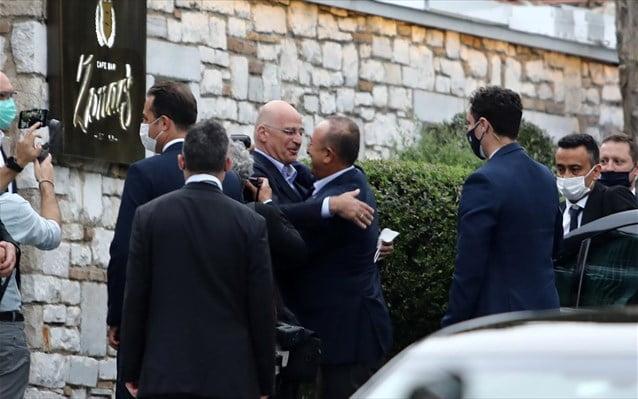 Επίσκεψη Τσαβούσογλου: Εναγκαλισμοί και προκλήσεις – Τι περιμένει το Μαξίμου από τη συνάντηση του τούρκου ΥΠΕΞ