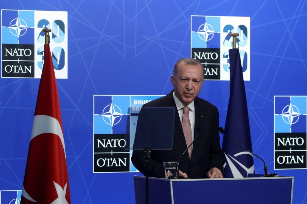 """Πώς εξηγείται το """"ήπιο"""" προφίλ του Ερντογάν στις Βρυξέλλες"""