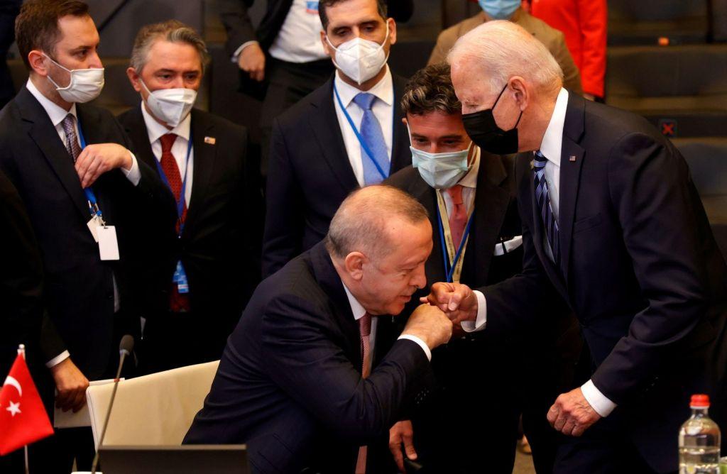 Χαιρετισμός που θυμίζει χειροφίλημα Ερντογάν σε Μπάιντεν – Μοναδικό στιγμιότυπο
