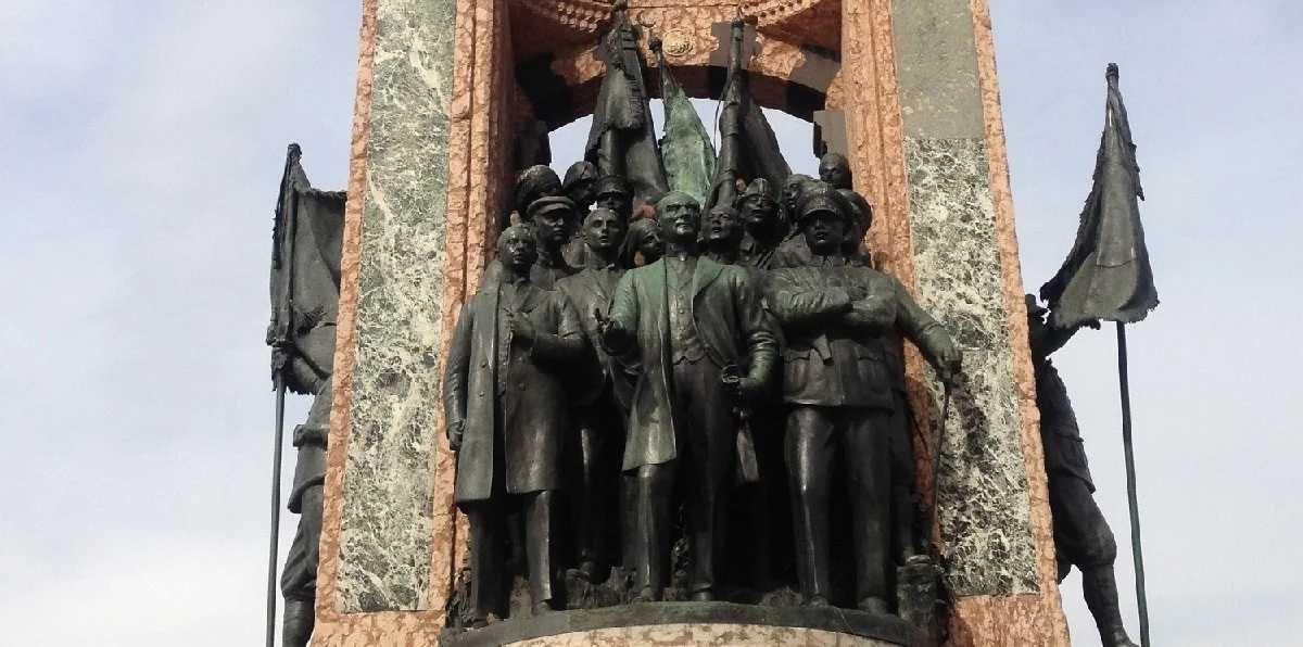 Πώς συνδέεται η Γενοκτονία με τον Λένιν, τον Φρούντζε και μια λυσσασμένη μαϊμού