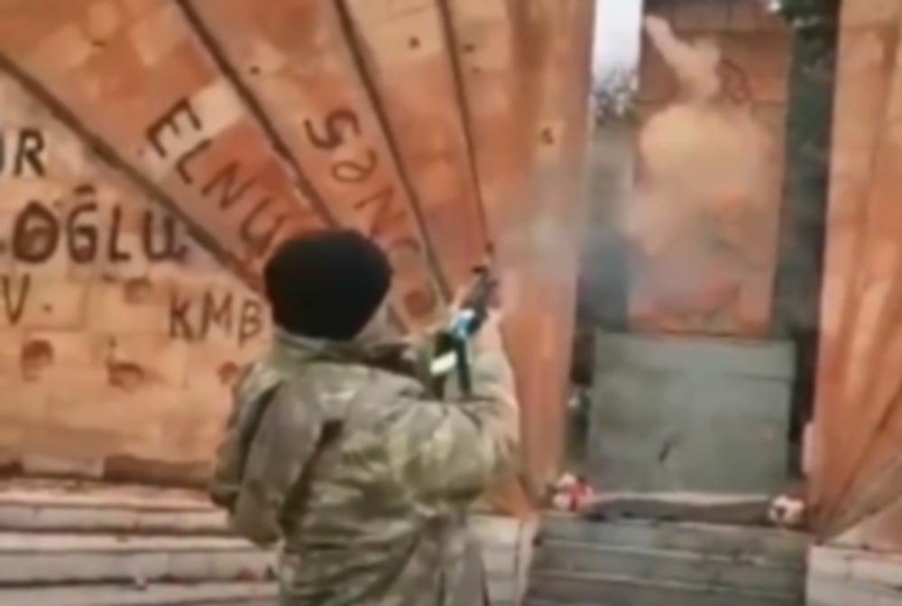 Βίντεο μαχαιριά! Αζέρος στρατιώτης ξεσπά με πυροβολισμούς σε αρμενικό χριστιανικό μνημείο