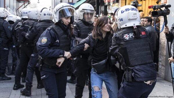 Γυναίκες που διαμαρτύρονται για τις γυναικοκτονίες στην Τουρκία δέχθηκαν επίθεση από την αστυνομία