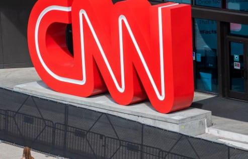 Το CNN απέλυσε τρεις εργαζόμενους επειδή δεν είχαν εμβολιαστεί