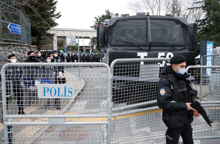 Πυροβόλησαν στα πόδια τον Τούρκο δημοσιογράφο Emre Erciş στην Κωνσταντινούπολη