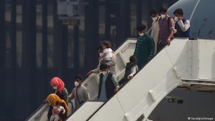 DW: Διχασμένοι οι Γερμανοί για τους Αφγανούς πρόσφυγες
