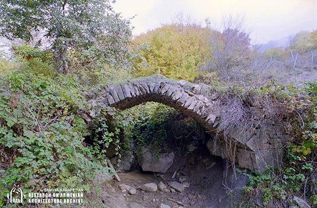 Νέο πολιτιστικό έγκλημα από το Αζερμπαϊτζάν! Κατέστρεψε γέφυρα του 19ου αιώνα