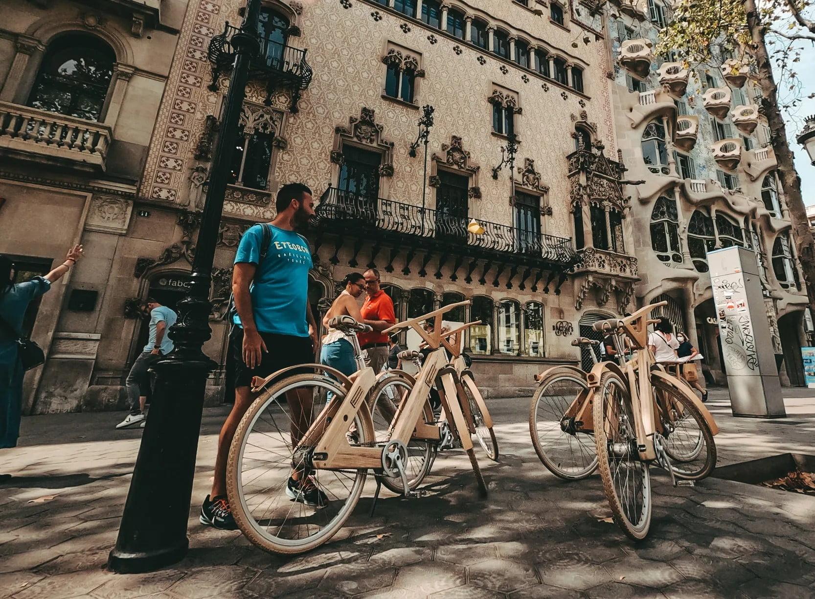 Ο Έλληνας που ξεναγεί τουρίστες με ξύλινα ποδήλατα και SUP στη Βαρκελώνη