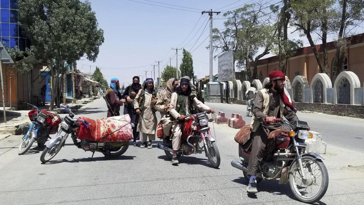 Συνεχίζουν τις θηριωδίες οι Ταλιμπάν! Σκότωσαν τέσσερις φερόμενους απαγωγείς και μετά τους κρέμασαν
